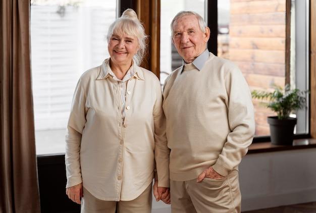 Śliczna para starszych ludzi w domu