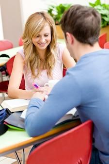 Śliczna para ucznie pracuje wpólnie