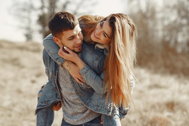 Śliczna para w cajgach odziewa w wiosny polu