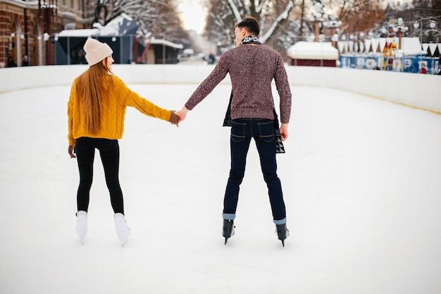 Śliczna para w lodowej arenie
