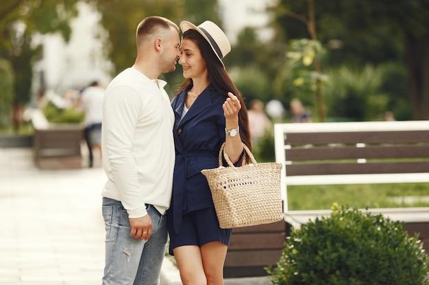 Śliczna para w mieście. mężczyzna w białej koszuli. ludzie chodzą.