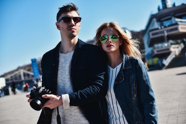 Śliczna para w okulary spaceru na ulicy z aparatem
