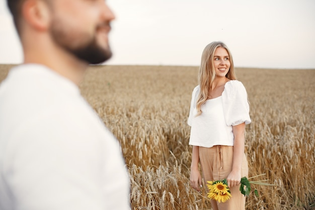 Śliczna para w polu. pani w białej bluzce. facet w białej koszuli