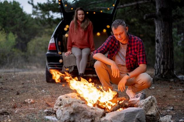 Śliczna para wspólnie bawią się przy ognisku