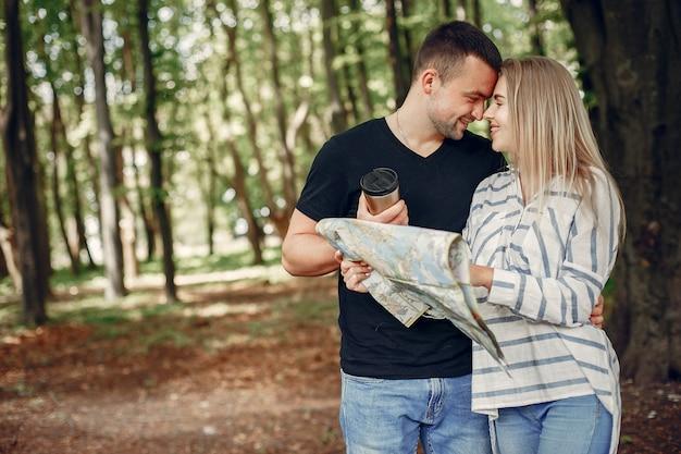 Śliczna para wyobraża sobie wakacje