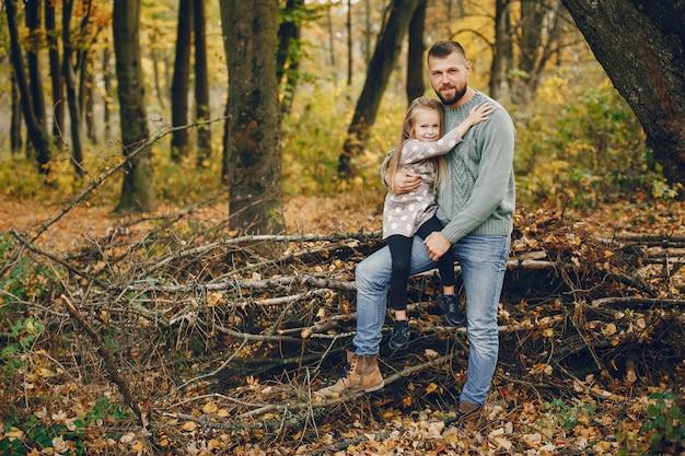 Śliczna rodzina bawić się w jesień parku