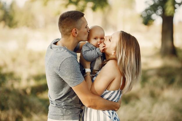 Śliczna rodzina bawić się w jesieni polu