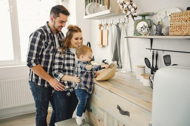 Śliczna rodzina bawić się w kuchni
