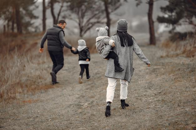 Śliczna rodzina bawić się w wiosna lesie