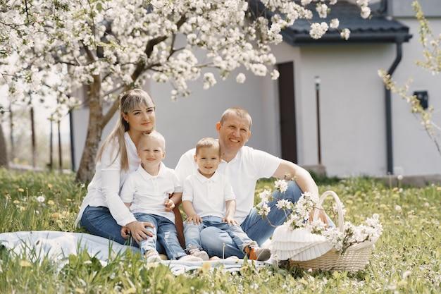 Śliczna rodzina gra na letnim podwórku