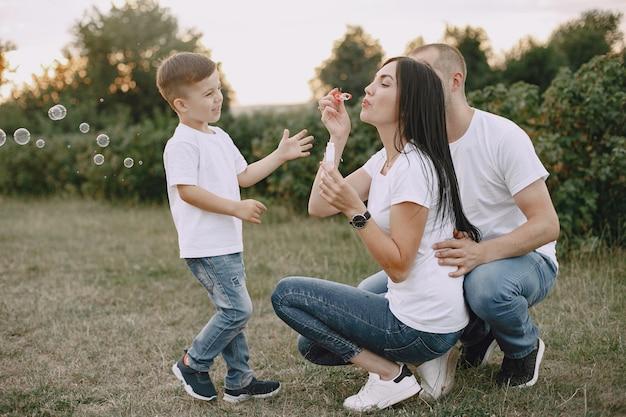 Śliczna rodzina gra w letnim polu