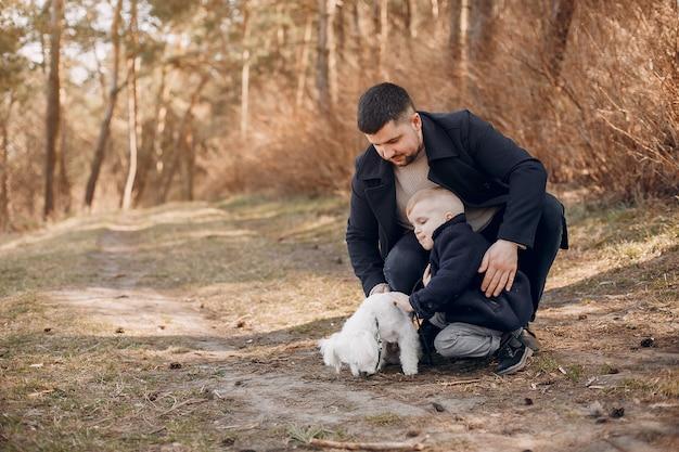 Śliczna rodzina gra w parku