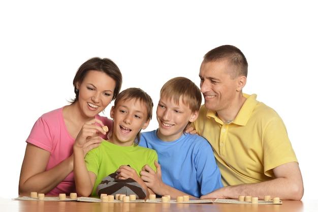 Śliczna rodzina grająca na białym tle