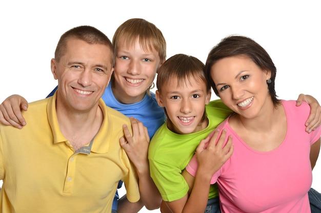 Śliczna rodzina pozuje na białym tle