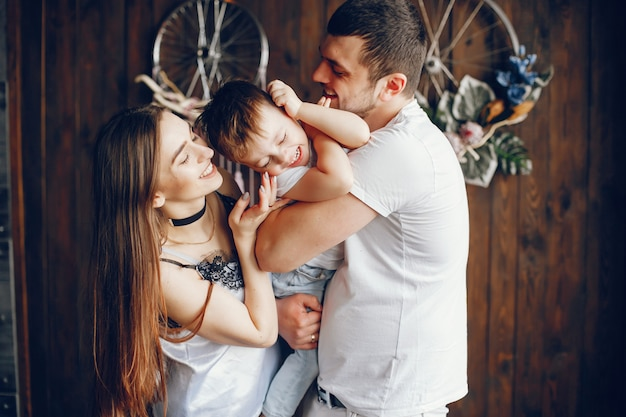 Śliczna rodzina w domu