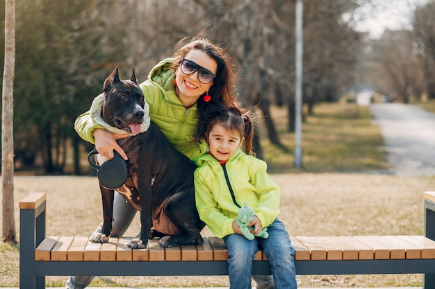 Śliczna rodzina w parku
