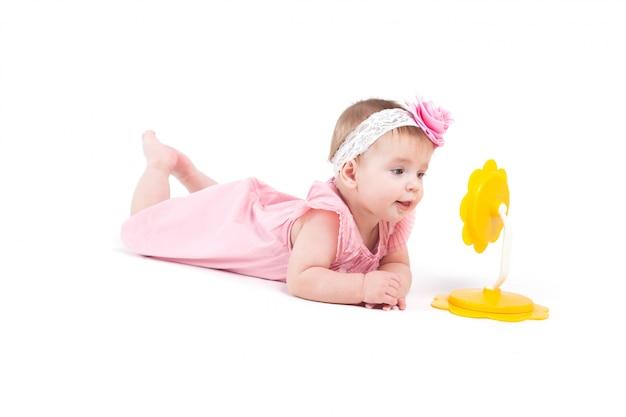 Śliczna rozochocona mała dziewczynka w sukni z mirrir