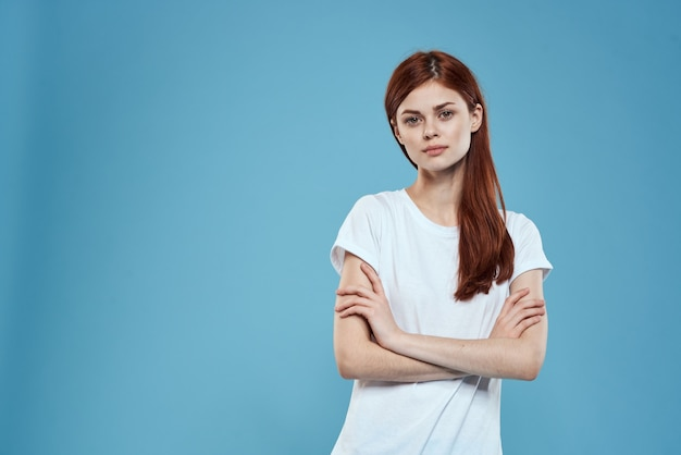 Śliczna rudowłosa biała koszulka damska atrakcyjny wygląd niebieska ściana