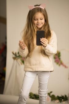 Śliczna śliczna piękna dziewczyna mówi przed kamerą na vlog.