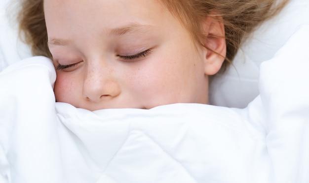 Śliczna śpiąca dziewczynka. zdrowy sen dziecka
