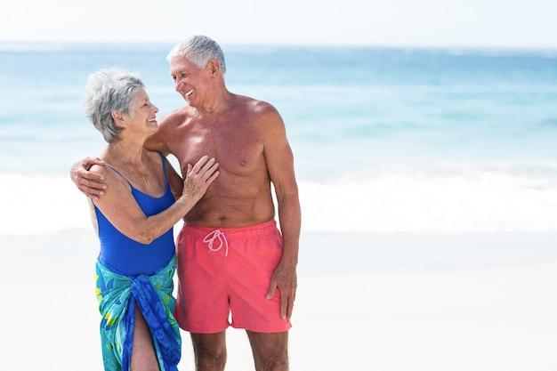 Śliczna starsza para patrząc na siebie