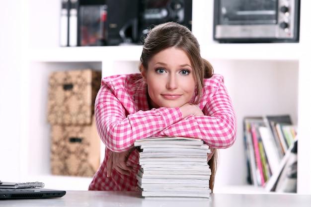 Śliczna studencka dziewczyna przy biurkiem
