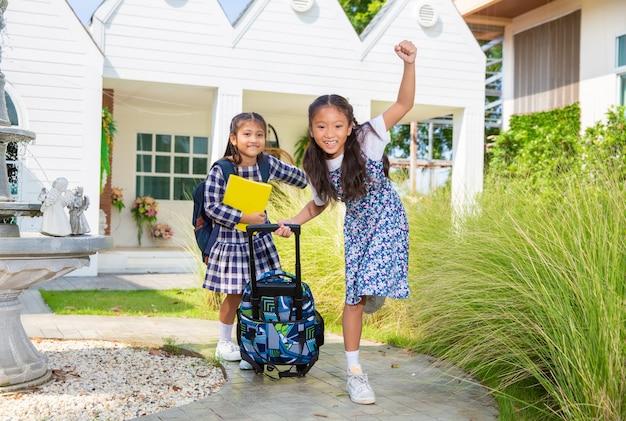 Śliczna studencka dziewczyna szczęśliwa chodzić do szkoły, popiera szkoły pojęcie