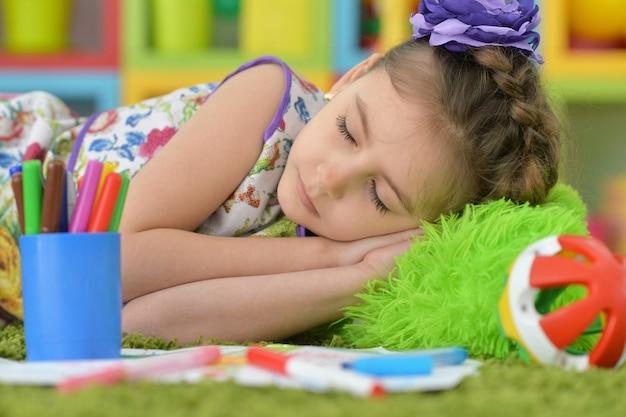 Śliczna studentka śpi na zajęciach plastycznych