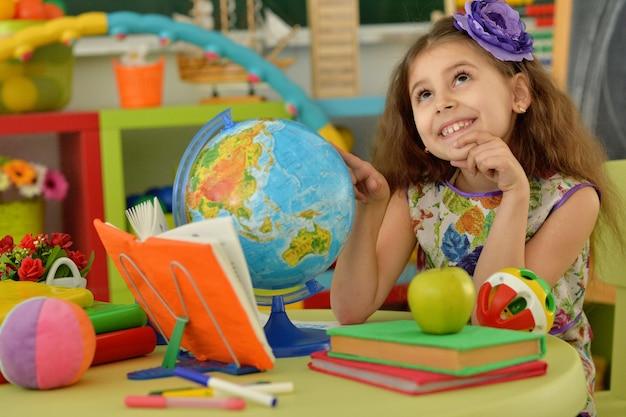 Śliczna studentka z książką w klasie