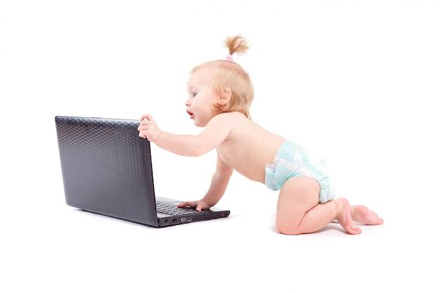 Śliczna szczęśliwa mała dziewczynka z laptopem