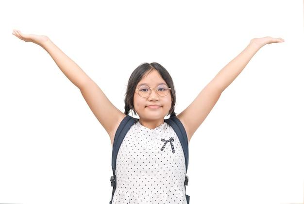 Śliczna uczennica nosi okulary podniosła rękę na białym tle na białym tle, edukacji i koncepcji powrotu do szkoły