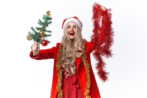 Śliczna wesoła kobieta świąteczna dekoracja świąteczna moda