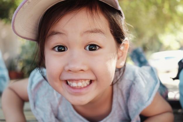 Śliczna wielokulturowa asain dziewczyna ono uśmiecha się