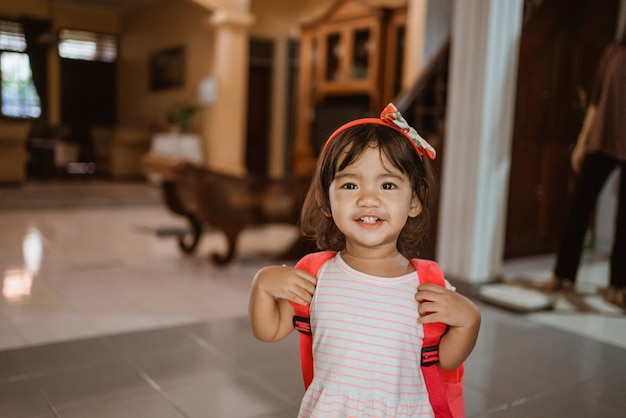 Śliczne azjatyckie przedszkolaki maluch szczęśliwy niosący plecak
