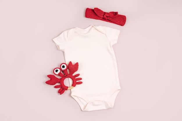 Śliczne body niemowlęce z zabawkami. zestaw ubrań i akcesoriów dla dzieci. moda noworodka. płaski układanie, widok z góry