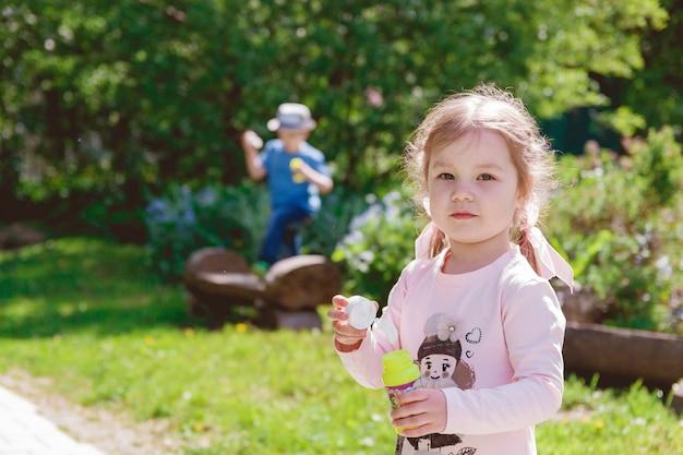 Śliczne dzieci bawią się w parku