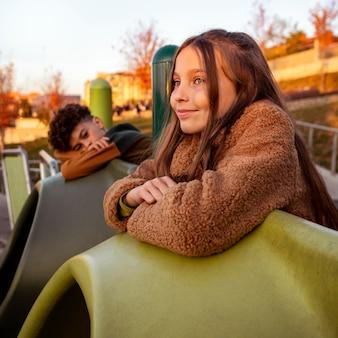 Śliczne dzieciaki spędzają razem czas na placu zabaw