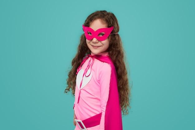 Śliczne dziecko superbohatera dziewczyna na białym tle