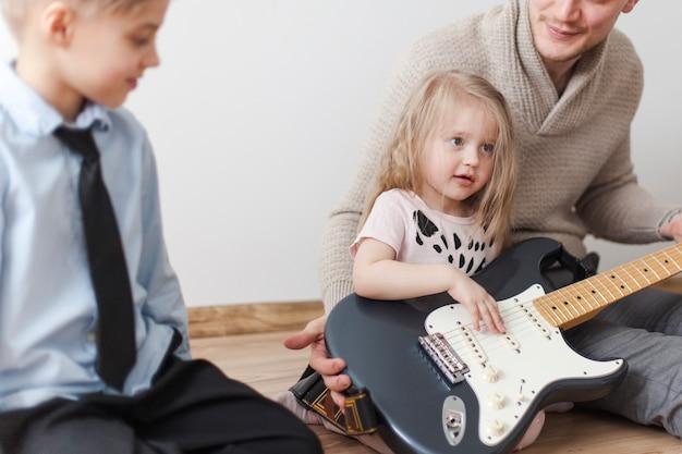 Śliczne dziewczyny z gitarą ojca