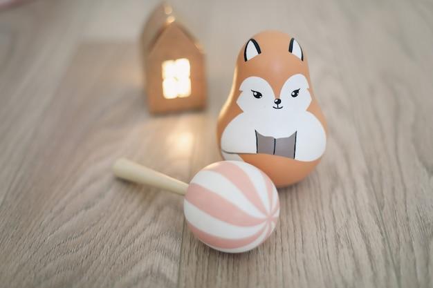 Śliczne ekologiczne drewniane zabawki dla noworodka