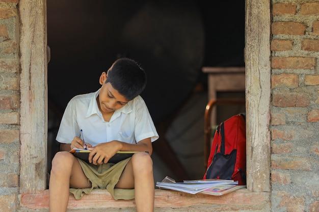 Śliczne indyjskie dziecko odrabia lekcje