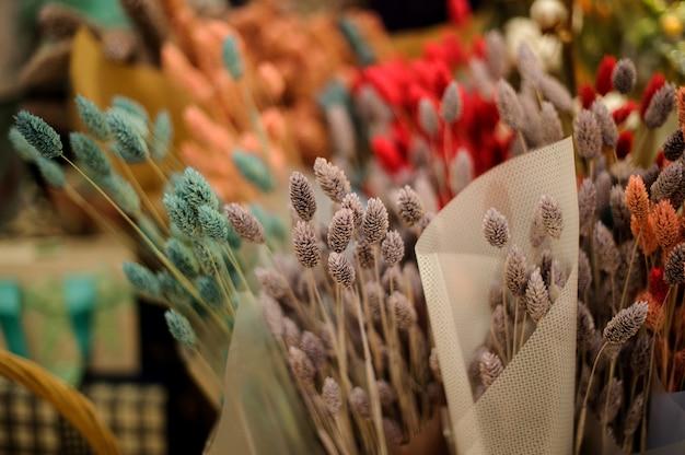 Śliczne jesienne bukiety kolorowych suszonych uszu
