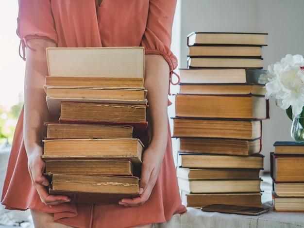 Śliczne kobiety i zabytkowe książki.
