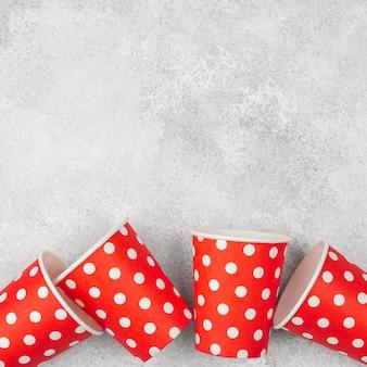 Śliczne kubki czerwone z białymi kropkami kopia przestrzeń