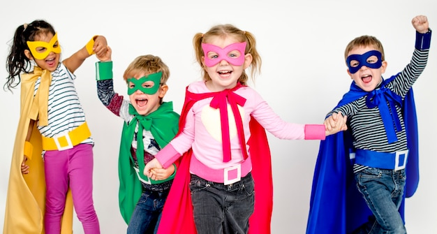 Śliczne małe dzieci bawiące się superbohaterów