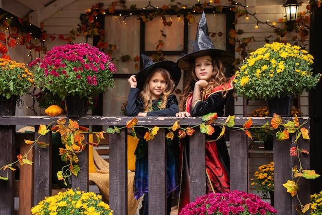 Śliczne małe dzieci dziewczyny z rzeźbieniem dyni szczęśliwa rodzina przygotowuje się do halloween śmieszne dzieci a