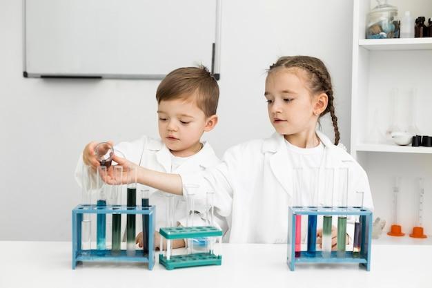 Śliczne małe dzieci naukowcy przeprowadzają eksperymenty