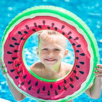 Śliczne małe dziecko w basenie. zabawne dziecko pływanie.