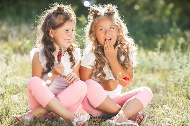 Śliczne małe dziewczyny bawią się razem