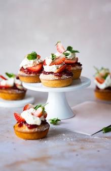 Śliczne mini ciasto truskawkowe na stojaku
